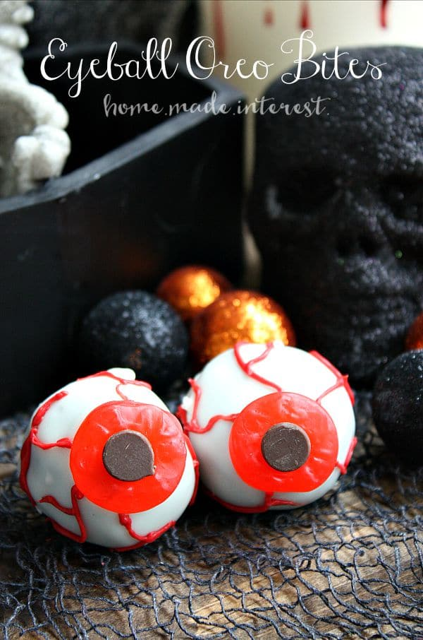 These spooky Oreo ball eyeballs are an easy Halloween dessert that you can make ahead of time. People will love them at your Halloween party!