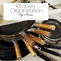 Easy kitchen organization tips and ideas to help life be less stressful. Be organized year round with these easy tips to organize your kitchen!