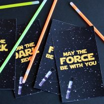 These simple light saber party favor printables are going to be a hit at your next Star Wars party!