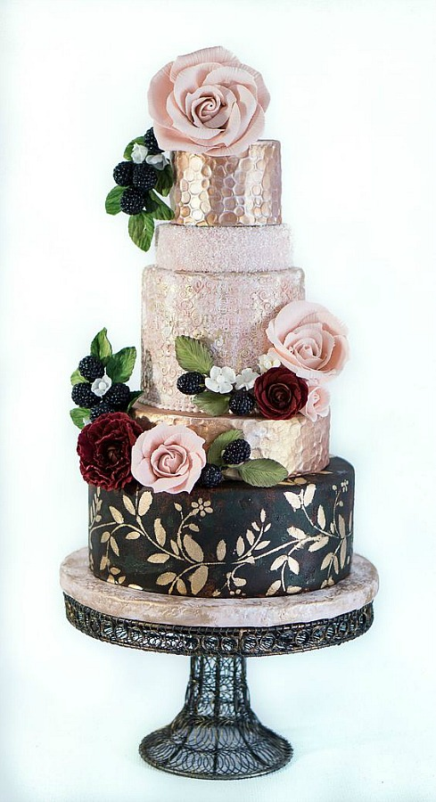 These beautiful gold leaf wedding cake ideas for your wedding. Trendy wedding cakes with decorated with gold leaf can add simple elegance to your wedding day. You can add gold leaves, feathers or gold leaf brush strokes to make a gorgeous wedding cake.