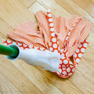 DIY Hardwood Floor Cleaner | This homemade floor cleaner is perfect for spring cleaning. Make your own DIY hardwood floor cleaner with just a few simple household ingredients. It is a kid safe DIY hardwood floor cleaner that leaves your floors squeaky clean! Start your spring cleaning right with homemade floor cleaner.