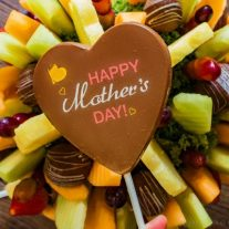 The Best Last Minute Mother's Day Gift | If you're looking for the best Mother's Day gift, a Mother's Day gift that can be delivered at the last minute, then you've got to check out Edible Arrangements! These beautiful gift baskets are filled with fresh fruit that mom will love. Bring one of these gift baskets to a Mother's Day brunch as dessert and make Mother's Day brunch easier for everyone.