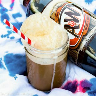 Ice Cream Popsicle Root Beer Floats | Make root beer floats even easier with these Ice Cream Popsicle Root Beer Floats. Vanilla ice cream popsicles make root beer floats simple and fun! This root beer float recipe is a great summer dessert or a 4th of July dessert recipe that friends and family can enjoy on the go!