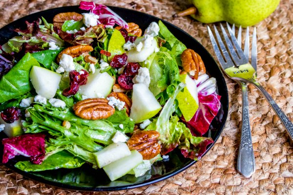 salad with pears, pecans and greens