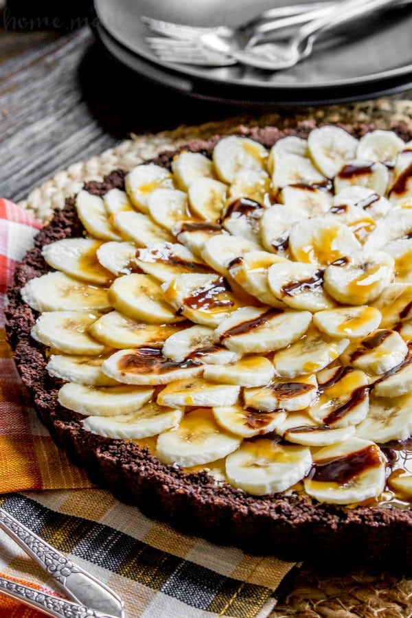 pie with chocolate graham cracker crust topped with bananas